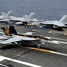 Eine F / A-18E Super Hornet macht eine verhaftete Landung. von StocktrekImages