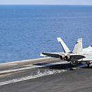 Eine F / A-18F Superhornet startet vom Flugdeck der USS Nimitz. von StocktrekImages