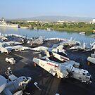 Segler machen Ehren an Bord des Flugzeugträgers USS Nimitz. von StocktrekImages