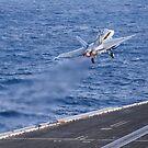 Eine F / A-18C Hornet startet von der USS Nimitz. von StocktrekImages