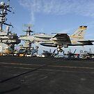 Eine F / A-18F Super Hornet landet auf dem Flugdeck der USS Harry S. Truman. von StocktrekImages