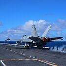 Eine F / A-18C Hornet startet vom Flugzeugträger USS Carl Vinson. von StocktrekImages