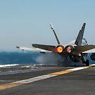 Eine F / A-18C Hornet startet vom Flugdeck der USS Carl Vinson. von StocktrekImages