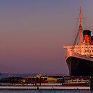 Queen Mary bei Sonnenuntergang von Celeste Mookherjee