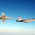 Ein Paar F / A-18C Hornets fliegen über den Irak. von StocktrekImages