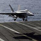 Eine F / A-18E Superhornet bereitet sich auf dem Flugdeck an Bord der USS Dwight D. Eisenhower vor. von StocktrekImages