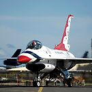 Ein Thunderbird rollt zu seinem Parkplatz. von StocktrekImages