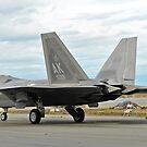 Ein F-22 Raptor Taxi ist die Startbahn auf Elmendorf Air Force Base, Alaska. von StocktrekImages