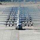 Eine Zeile von C-130 Hercules Taxi bei Nellis Air Force Base, Nevada. von StocktrekImages