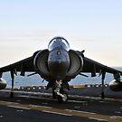 Ein AV-8B Harrier manövriert auf dem Flugdeck der USS Kearsarge. von StocktrekImages