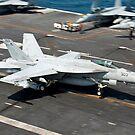 Eine F / A-18E Superhornet hakt während der Landung einen Fangdraht ein. von StocktrekImages