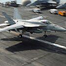 Eine F / A-18E Super Hornet landet an Bord der USS Dwight D. Eisenhower. von StocktrekImages