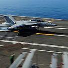 Eine F / A-18F Super Hornet macht eine festsitzende Landung an Bord der USS George HW Bush. von StocktrekImages