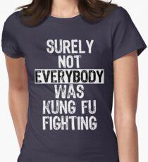 Sicherlich war nicht jeder Kung Fu, der jeden kämpft Tailliertes T-Shirt für Frauen