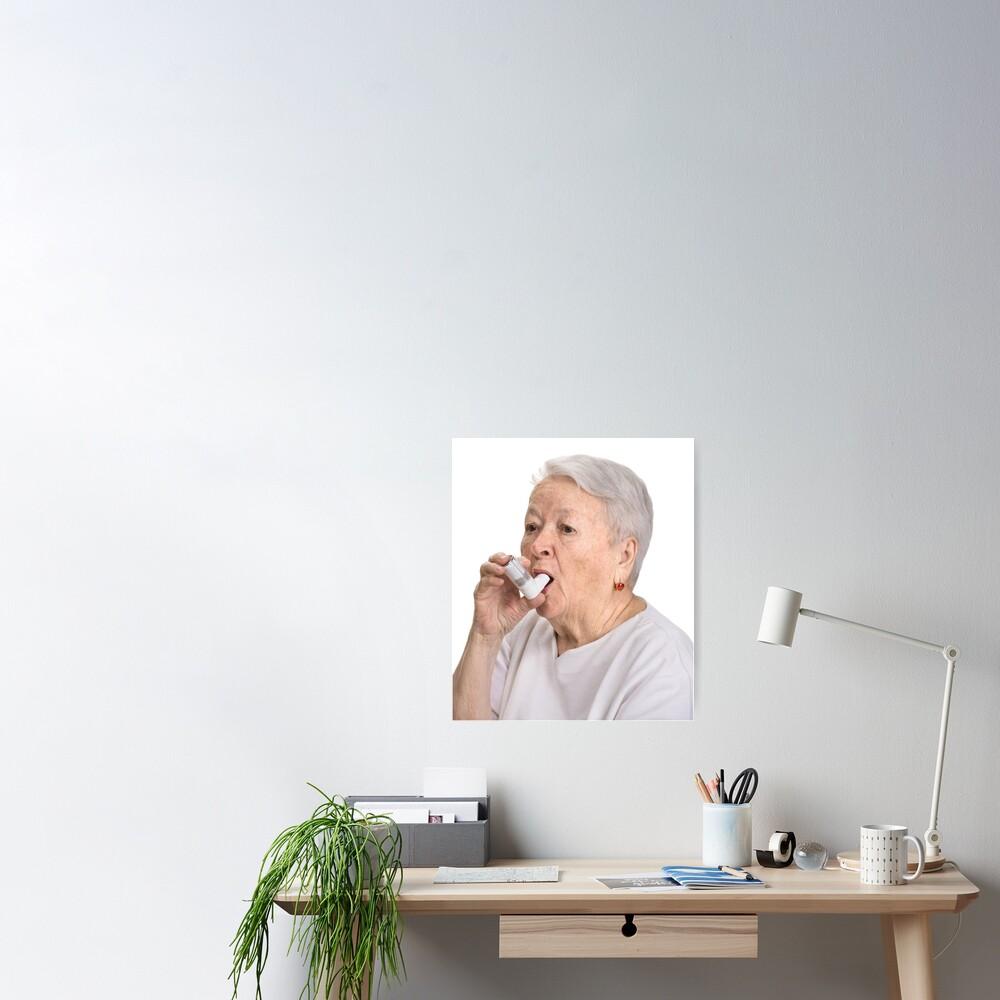 Anciana con inhalador Póster