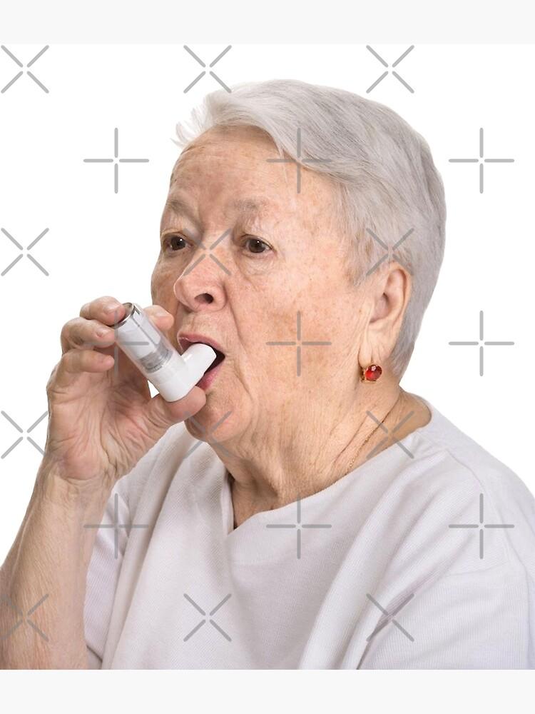 Anciana con inhalador de sophiapetrillo