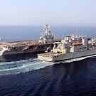 Die Trockengüter- und Munitionsschiffe des Military Sealift Command führen eine vertikale Auffüllung durch. von StocktrekImages