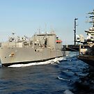 Trockengut- und Munitionsschiff USNS Wally Schirra durchquert den Flugzeugträger USS Nimitz. von StocktrekImages