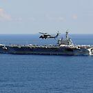 Ein MH-60S Seahawk-Hubschrauber fliegt über USS George HW Bush. von StocktrekImages