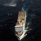 Eine SH-60 Sea Hawk nähert sich der Royal Navy Landung Schiff Dock RFA Lyme Bay. von StocktrekImages