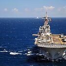 USS Boxer führt einen Konvoi von Schiffen im Indischen Ozean. von StocktrekImages