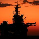 Die untergehende Sonne silhouettiert das amphibische Angriffsschiff USS Makin Island. von StocktrekImages