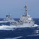 USS Carney übt Ablenkungstaktiken mit der deutschen Fregatte Sachsen. von StocktrekImages
