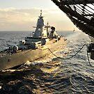 Die deutsche Sachsen-Klasse Fregatte Hessen führt eine laufende Auffüllung durch. von StocktrekImages