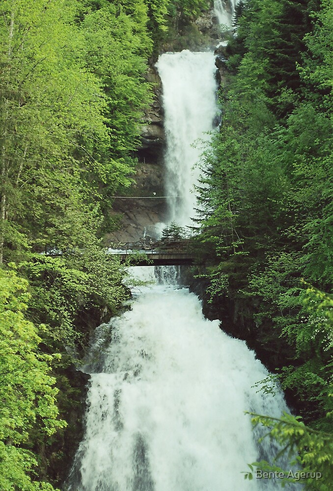 Small waterfall  by Bente Agerup