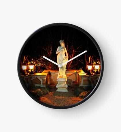 Statue in einem Garten Uhr