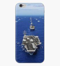 Der Flugzeugträger USS Ronald Reagan durchquert den Pazifik mit einer Flotte von Schiffen. iPhone-Hülle & Cover