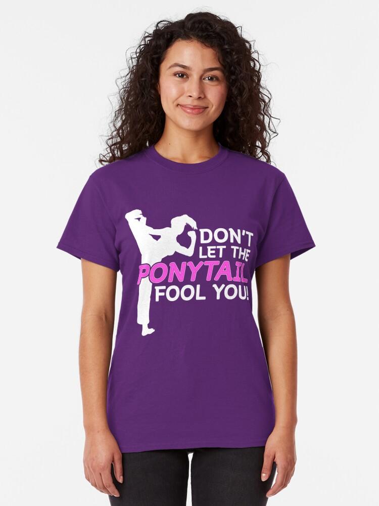 Alternative Ansicht von Karate Girls Lassen Sie sich nicht vom Pferdeschwanz täuschen Classic T-Shirt