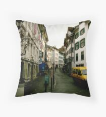 Straße Throw Pillow