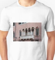 Venetian pink building facade with arches and balcony  T-Shirt
