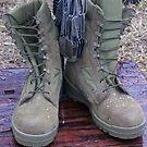 An einem M16-Denkmal eines gefallenen Soldaten hängen Erkennungsmarken. von StocktrekImages