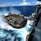Ein Landungsboot-Luftkissen betritt das Bohrdeck der USS Bonhomme Richard. von StocktrekImages