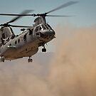 Ein US Marine Corps CH-46E Sea Knight Hubschrauber beginnt zu landen. von StocktrekImages