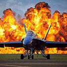 Eine Feuerwand bricht hinter einem US Navy F / A-18 Hornet Flugzeug aus. von StocktrekImages