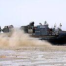 Ein Luftkissen-Landungsboot nähert sich dem Ufer von Camp Al-Galail, Katar. von StocktrekImages