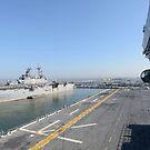USS Kearsarge und USS Bataan vor Anker. von StocktrekImages
