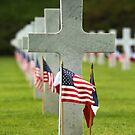 Eine Grabstelle bei Aisne-Marne American Cemetery und Denkmal in Belleau, Frankreich. von StocktrekImages