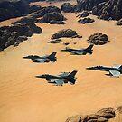 Militärflugzeuge, die über die Wadi Rum-Wüste in Jordanien fliegen. von StocktrekImages