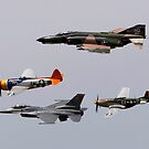 Ein F-4 Phantom, P-47 Thunderbolt, F-16 Fighting Falcon und P-51 Mustang fliegen in einem historischen Flug. von StocktrekImages