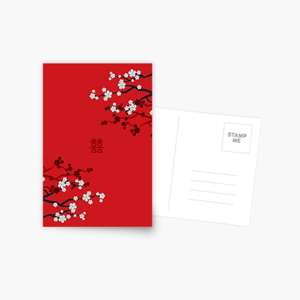 Weiße orientalische Kirschblüten auf rotem und chinesischem Hochzeits-doppeltem Glück | Japanische Sakura Postkarte