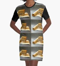 Karte und antike Bücher. T-Shirt Kleid