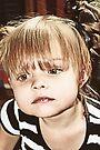 Kleines Mädchen, das sich reflektiert von Evita