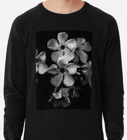Oleanderblüten in Schwarz und Weiß Leichter Pullover