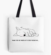 """""""Weck mich auf, wenn es Wochenende ist"""" - Bull Terrier Tote Bag"""