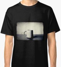 Tasse kaffee auf einem Tisch Classic T-Shirt