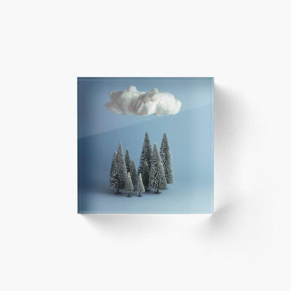 Wolken kriechen auf den Wäldern. Ich werde versuchen, dieses Bild zu beschriften, ohne das Offensichtlichste zu sagen Acrylblock